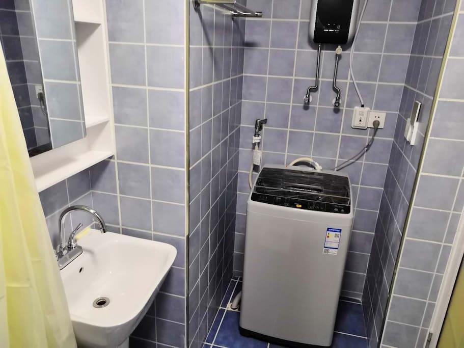 浴室:洗衣机,淋浴,蹲便器