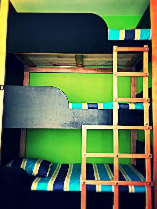 Un espace privé pour chacun et des couettes colorées!