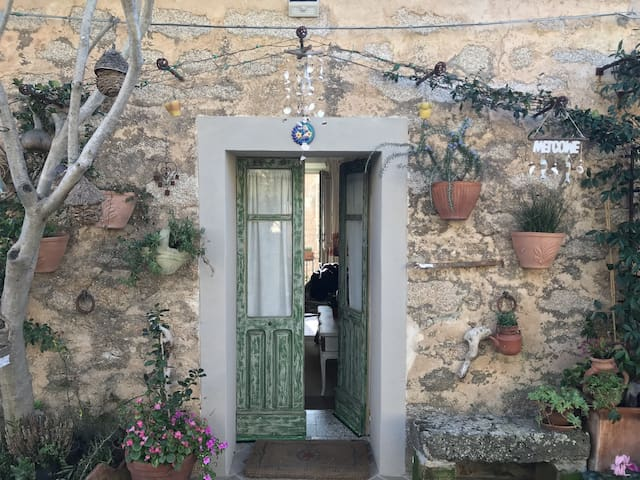 """Charming Cottage """"Tipica casa a San Pantaleo"""" in Central Location with Balcony"""