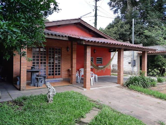 Casa na serra com piscina, churrasqueira e lareira