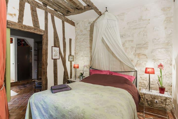 Romantic suite in the Marais-Paris - París - Bed & Breakfast