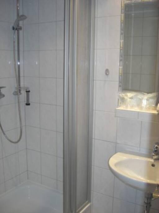 Badezimmer / Shower Bathroom