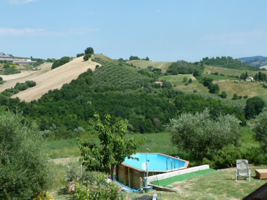 achthoekig zwembad met zicht op de vallei