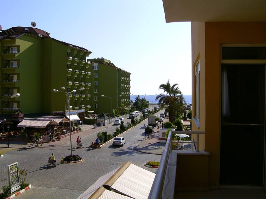 zee zicht van af balkon waar gerookt kan worden.