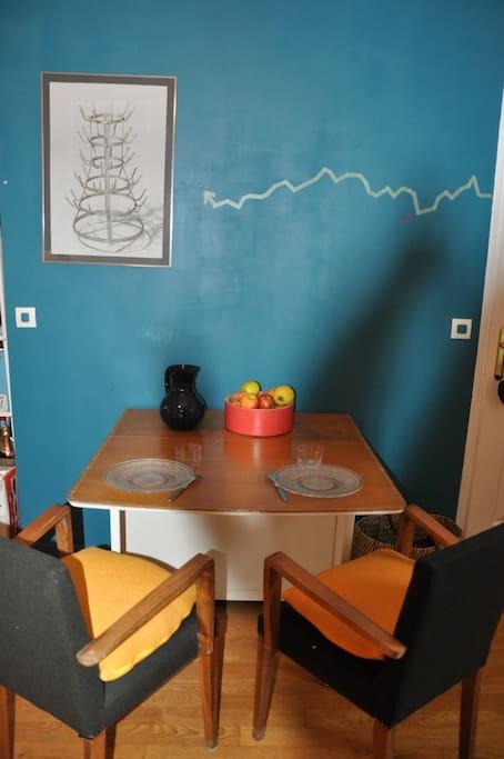 Table pliante pour gain de place en journée, modulable en 6 places si besoin