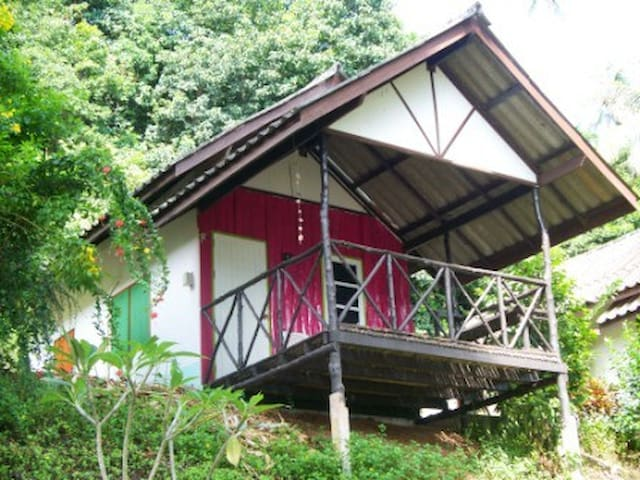 Pink, air conditioned bungalow - Ko Mak