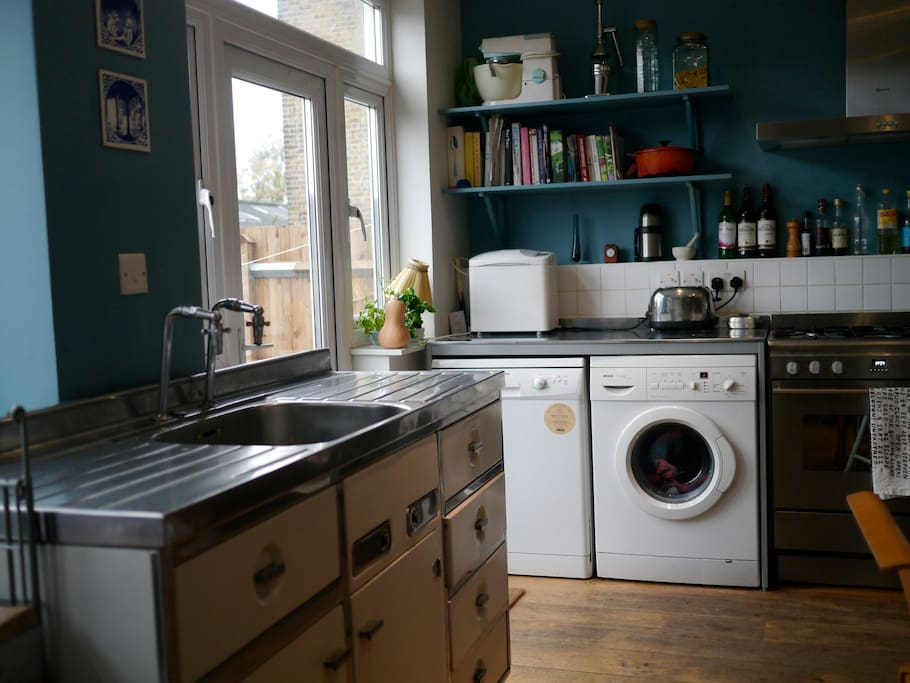 Kitchen with vintage sink unit