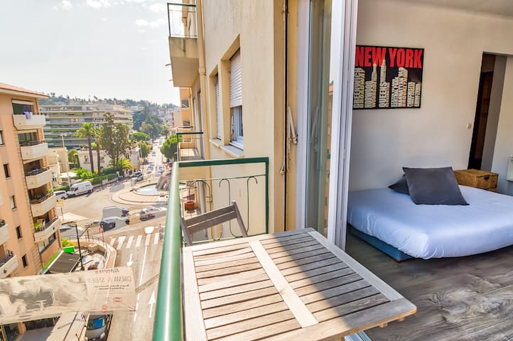 Great apartment with balcony 2 min from the Beach!