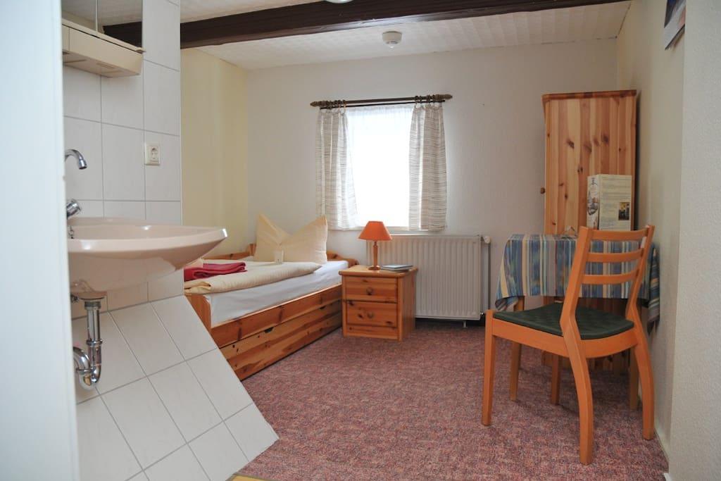 Einzelzimmer mit Waschbecken im Umgebindehaus