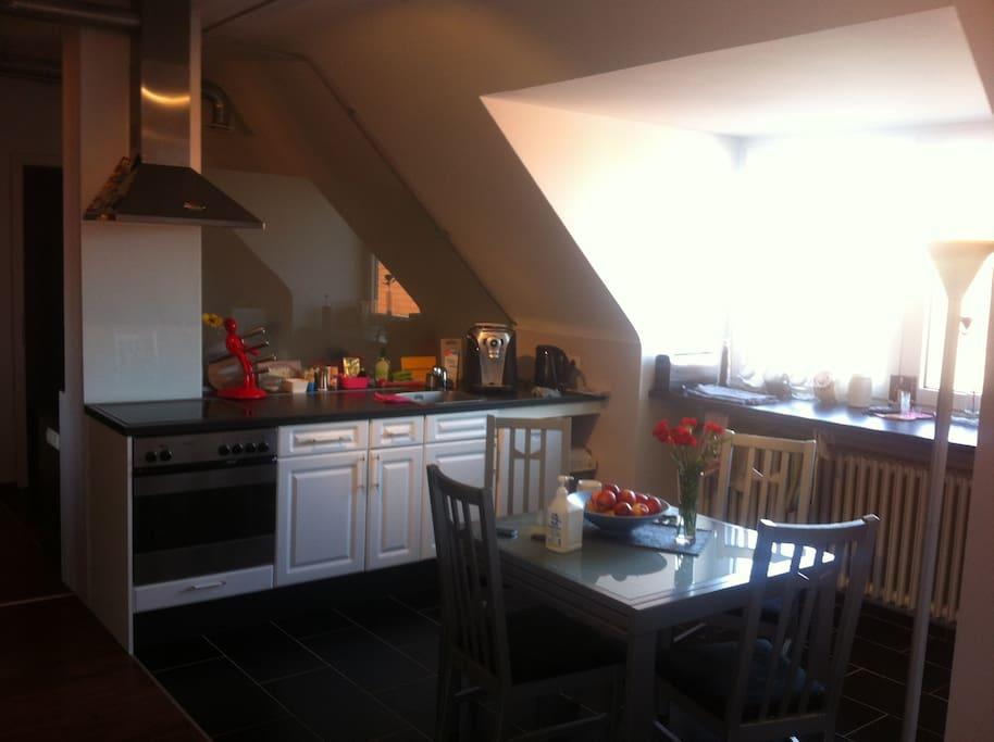 Die Küche ist voll ausgestattet mit Spühlmaschiene, Kaffeautomat und Wasserkocher.