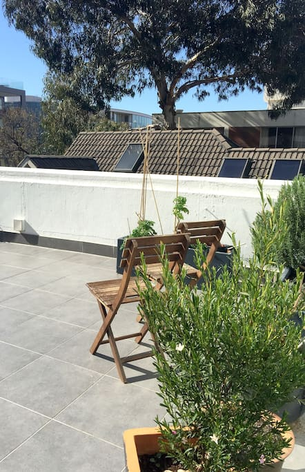 Uniquely positioned on the roof terrace of an art deco building – with access to exclusive outdoor space!