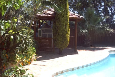 Quiet Hills Home - close to Airport - Talo