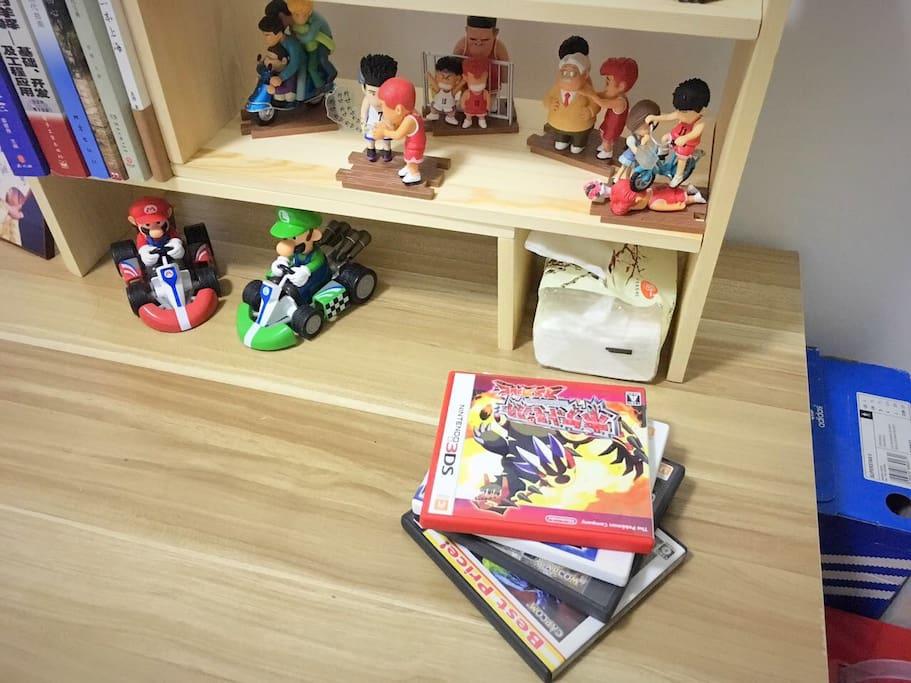 桌上放了一些书籍和玩具摆件