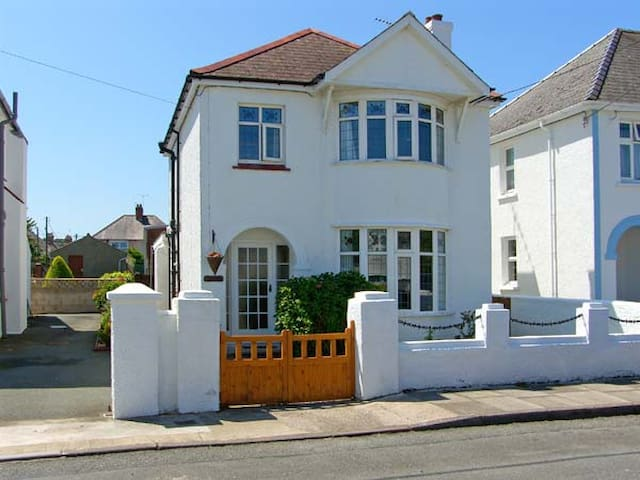 LLYS-Y-GÂN, family friendly, with a garden in Fishguard, Ref 8554