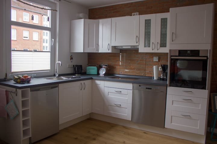 Die Küche verfügt über Herd, einen Geschirrspüler, Backofen und Kühlschrank