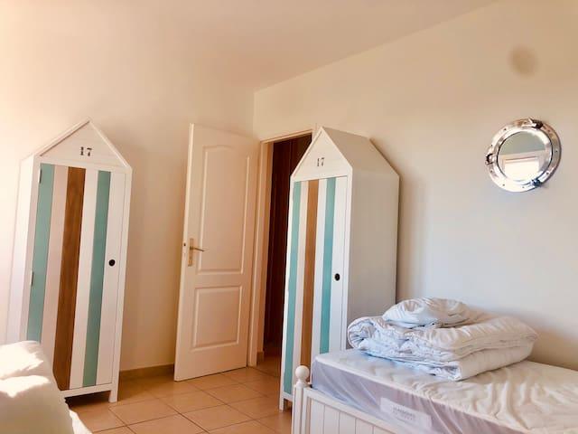 La Chambre «Mer» pouvant accueillir 2 enfants dans 2 lits séparés ou un couple en rapprochant les 2 lits.