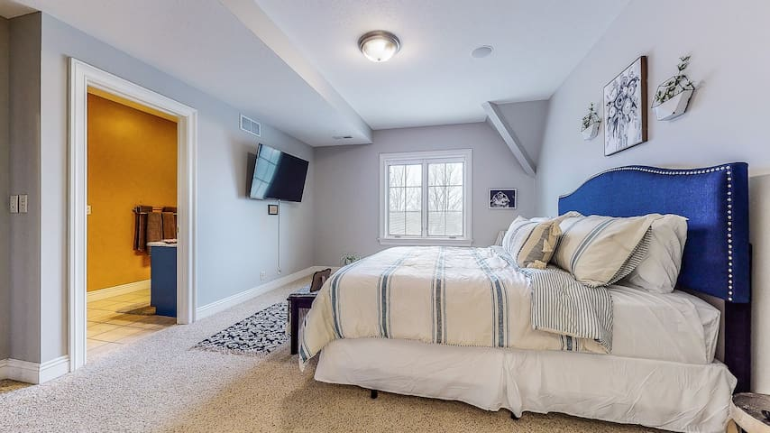 """""""Blue peony"""" bedroom w/ king size bed, 55"""" TV and full Jack & Jill Bathroom. Located on the 2nd floor."""