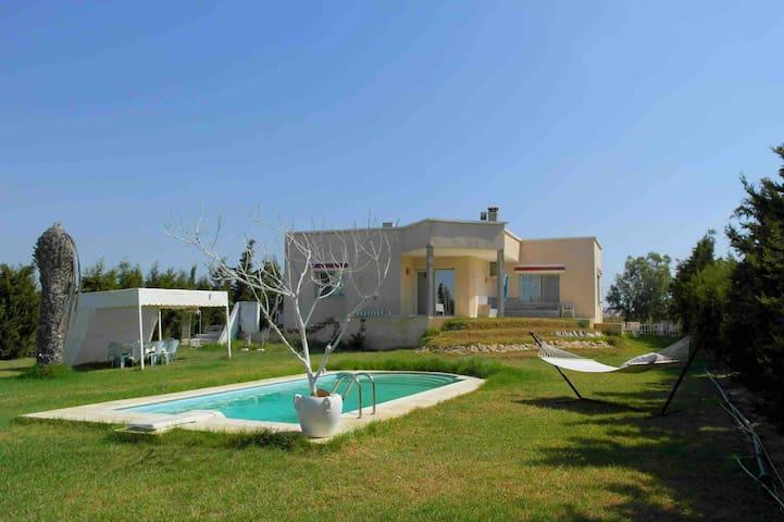 Villa Les Pins, maison de compagne avec piscine
