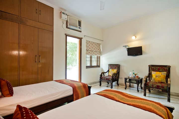 Pvt comfy room in family run homestay with kitchen