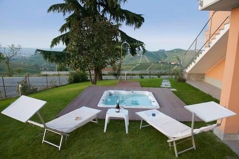 Leilighet med fantastisk utsikt, hage og jacuzzi.