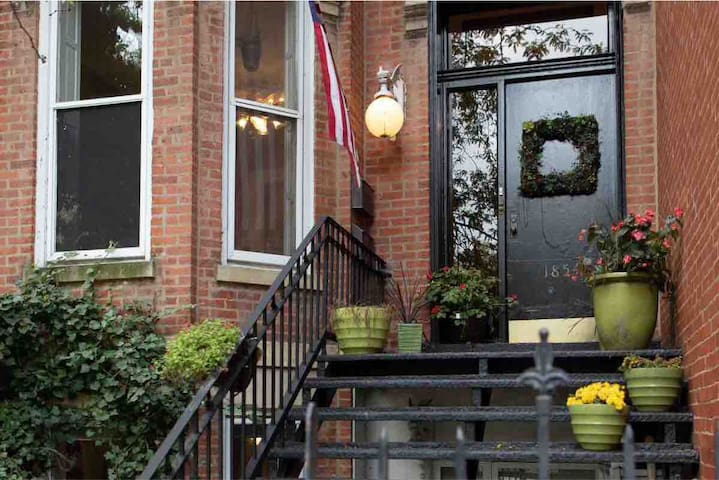 Charming vintage 2BR/1BA in Old Town