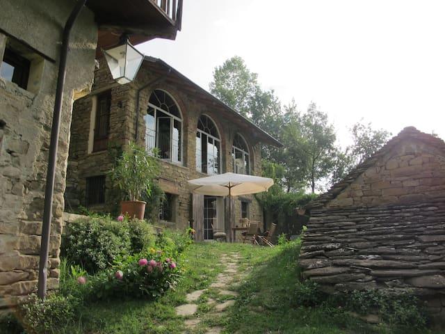 Antico Borgo nel bosco con piscina - Gorzegno - House