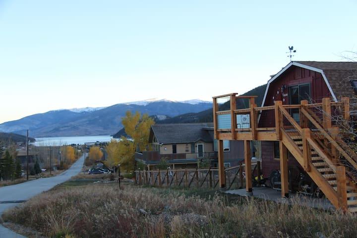 Foxy's Lake View Den:1 BDR Private entrance, deck