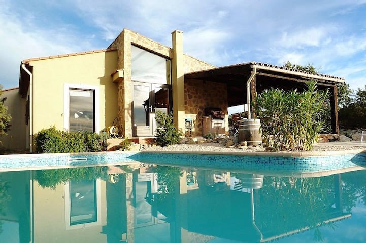 Hill-top haven with private pool and endless views - Belvézet - House