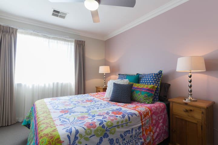 Private upstairs living area,  queen bed, bathroom - เพิร์ธ - บ้าน