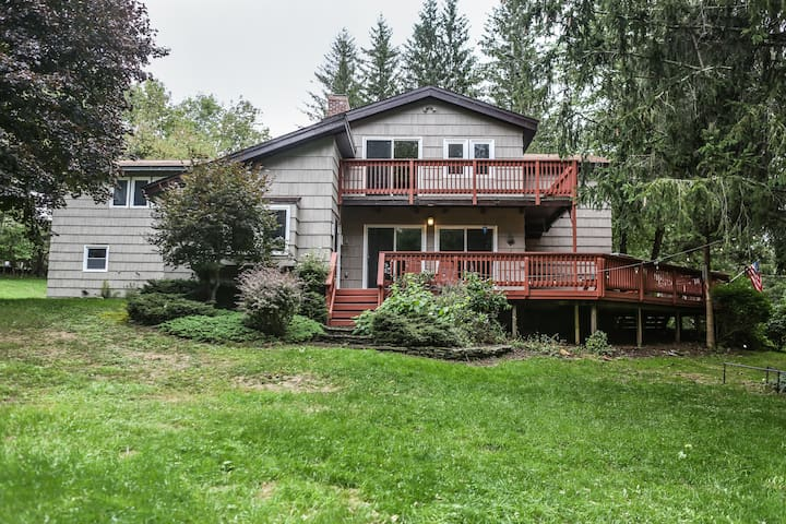 See the Fall Colors!  Sleeps 16, pond, Game Rm