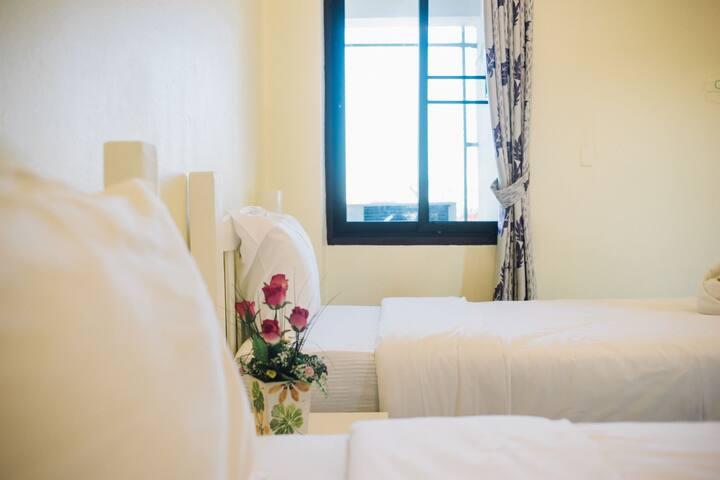 清迈古城    塔佩门特色酒店式民宿双床房      24小时服务(消息咨询更佳)
