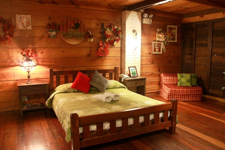 Forest House Cozy Room #2 w/ FREE BREAKFAST
