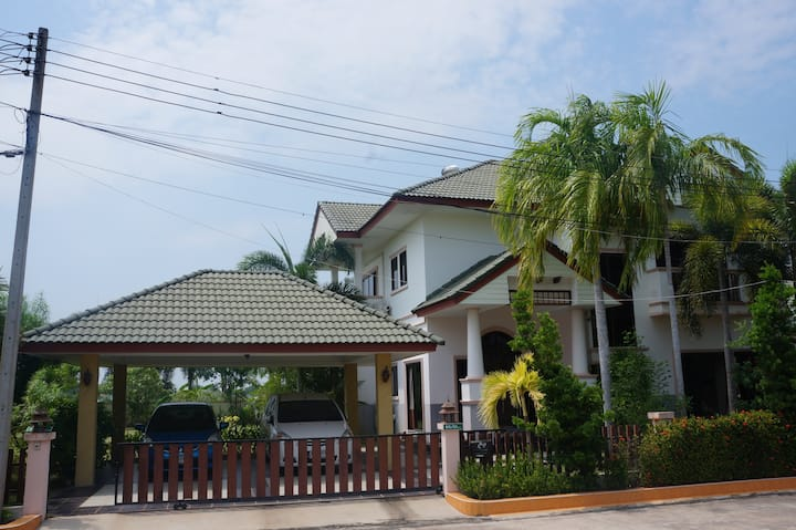 4 bd huge lot in gated village