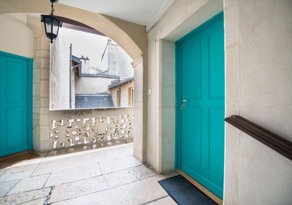 L'entrée du logement et le balcon Renaissance.