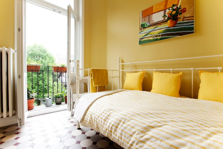 Nice small B&B single room, balcony - Saint-Gilles - Bed & Breakfast