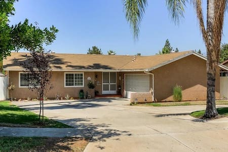 Private bed/bath with pool and mountain views. - Redlands - Ev