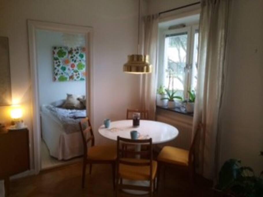 Matbord och sovalkov med säng 140 cm
