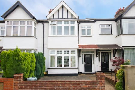 Large house in Pitshanger, Ealing - London - House