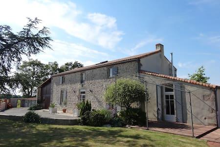 Le CHUET  proche Puy Du Fou - Les Landes-Genusson - 独立屋
