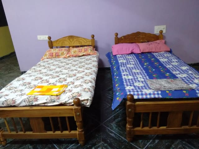 spacious rooms with beds ! - Mapusa - บังกะโล