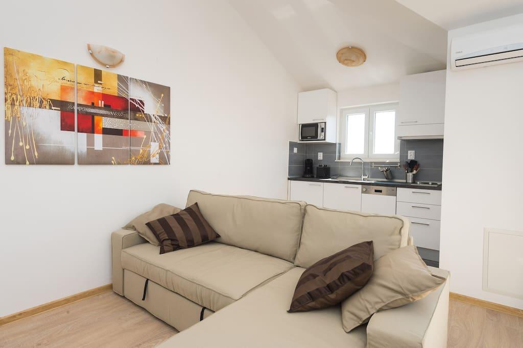 Living area and kitchen / Wohnbereich und Küche