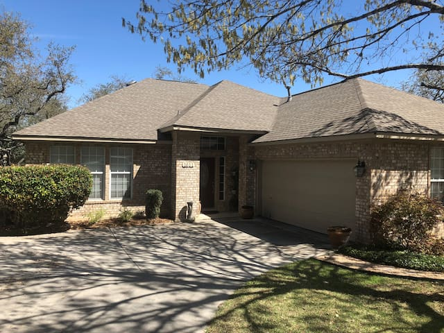 New Listing - Beautiful Home 4 Miles From Airport