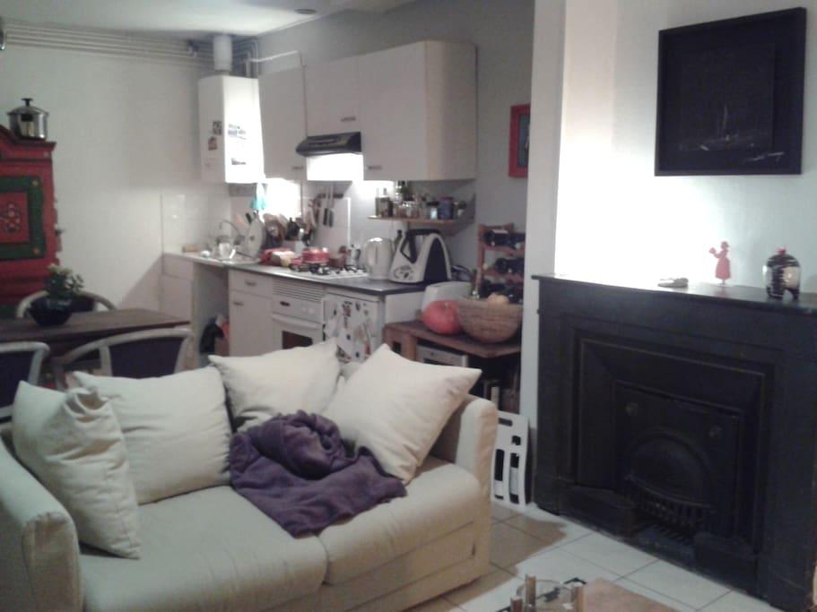 Le salon avec vue sur la cuisine équipée