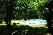 A 1 km: piscine partagée