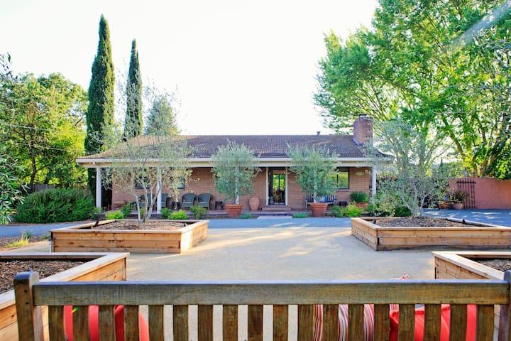 Vineyard Home. Walk to Wineries. Great Location! - Glen Ellen - Casa