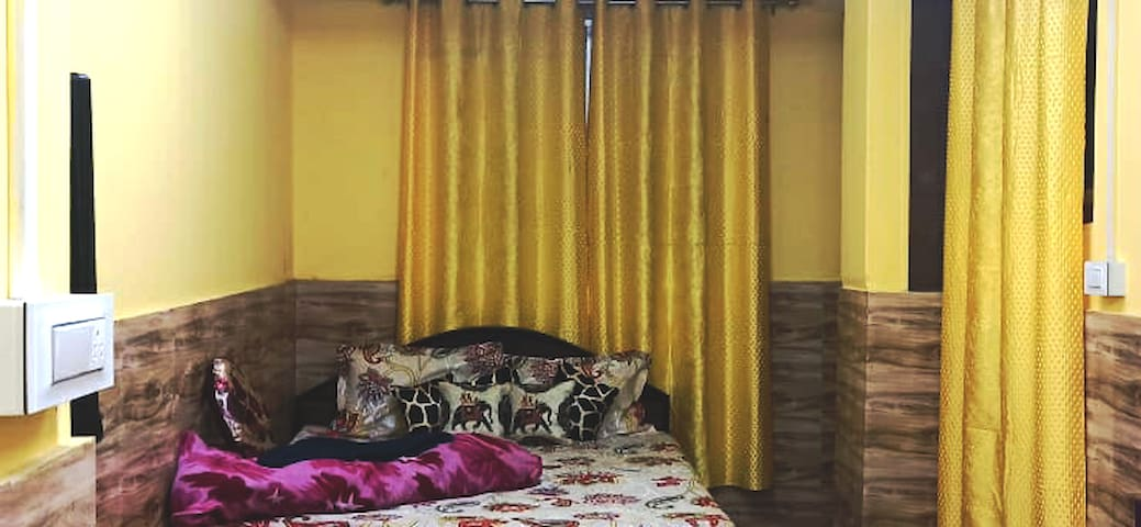 Double bed room  SAIPATRI with Queen bed, Wi-Fi, cable TV, attached western bathroom, 24 hrs hot and cold water, attached Kitchen with all cooking wares and LPG stove