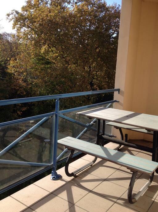Terrasse avec table pour 4 personnes