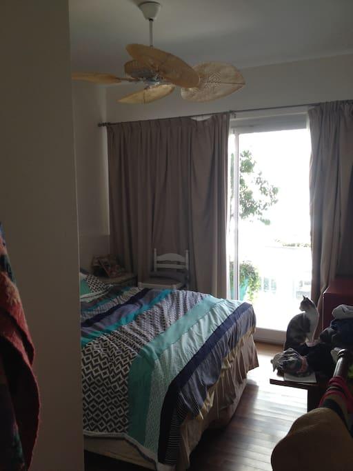 habitacion principal, con salida al balcon con vista al jardin y a la pileta.