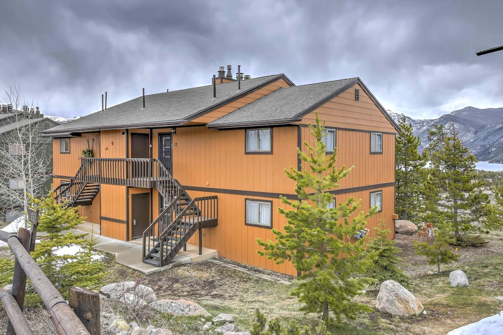 The condo is situated within the Shadow Park West complex, less than a mile from Rocky Mountain National Park, downtown, and three beautiful lakes.