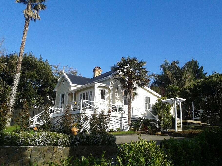 Harbour view cottage b b bed and breakfasts for rent in for Best boutique hotels auckland